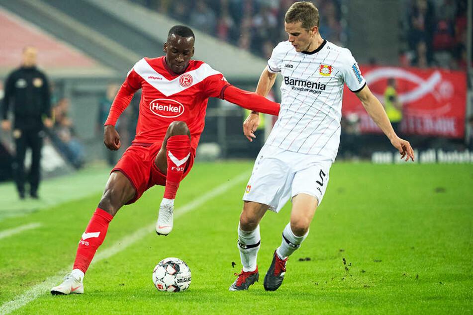 Dodi Lukebakio (l.) im Zweikampf mit Bayer 04 Leverkusens Sven Bender.
