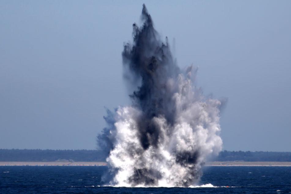 Zwei Bomben aus dem Zweiten Weltkrieg werden im Meer gesprengt. (Archivbild)