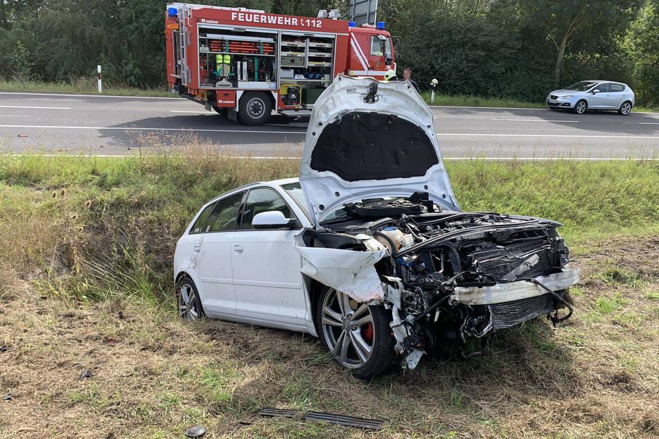 Der Audi wurde durch den Zusammenstoß massiv beschädigt. Die Fahrerin wurde ebenfalls verletzt.