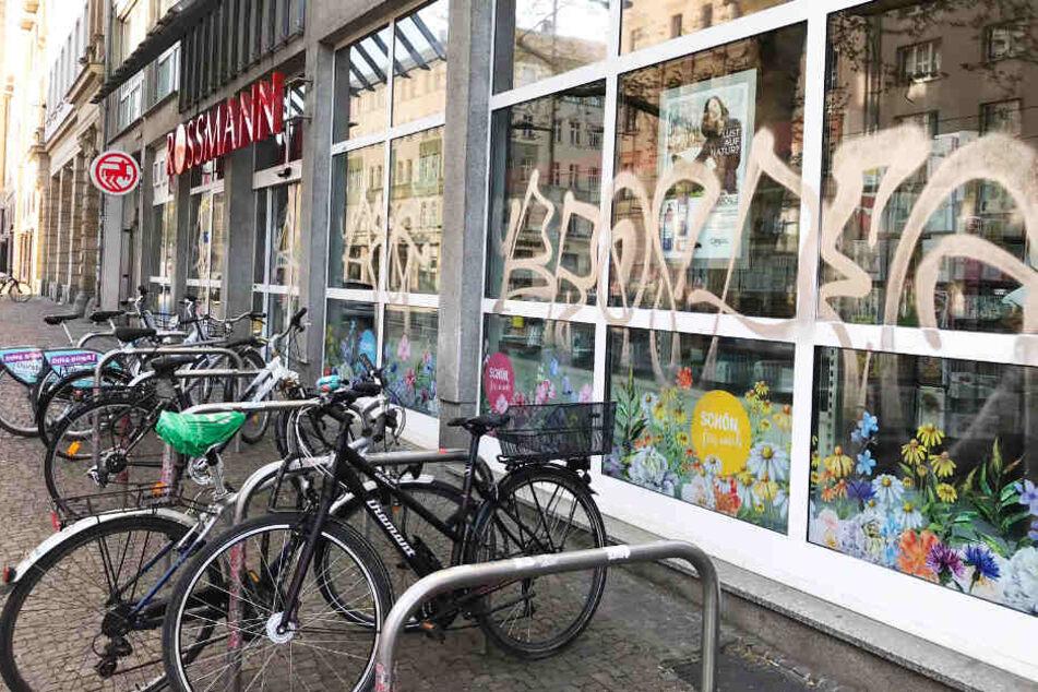 """Graffiti-""""Feldzug"""" auf der Karli: Sprayer knöpfen sich Schaufenster vor"""