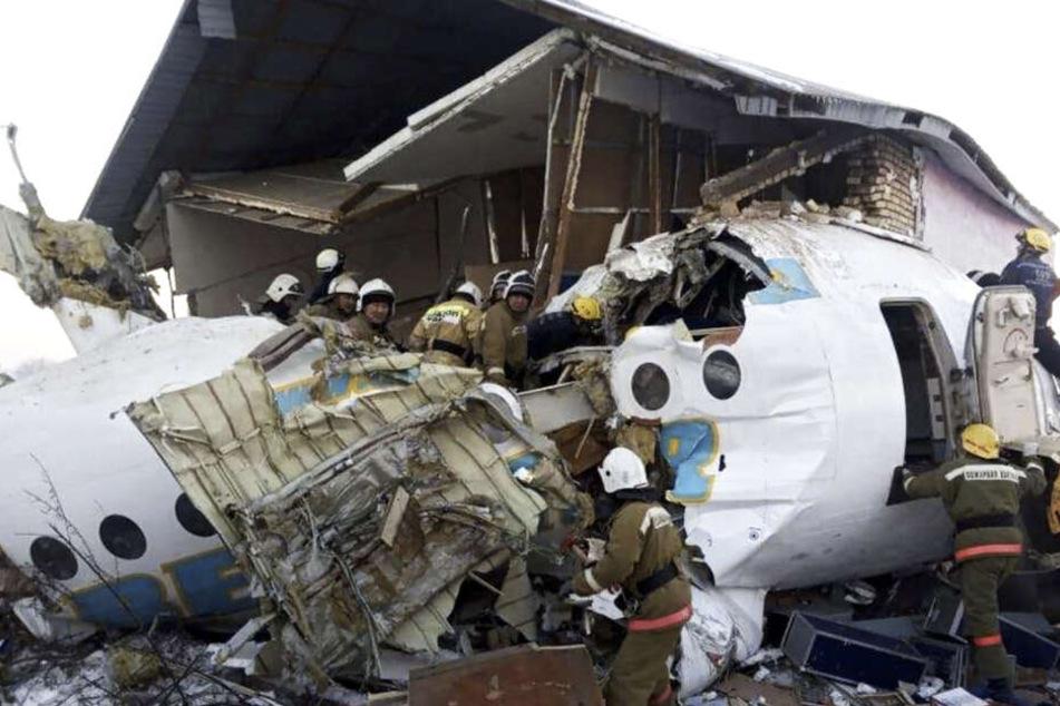 Flugzeug stürzt kurz nach Start ab und zerstört Wohnhaus: Mindestens 15 Tote