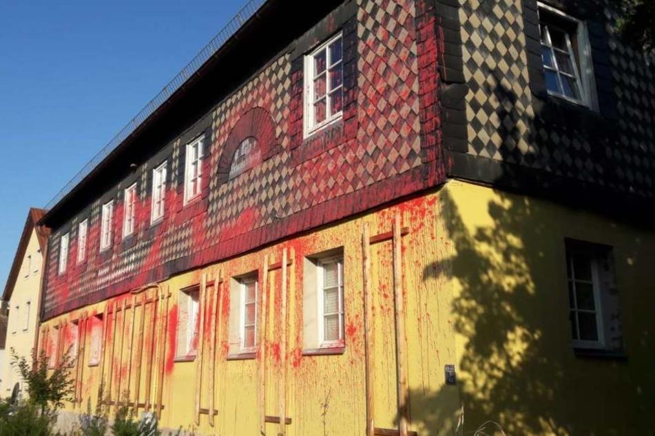 Die beschmierte Fassade des Hauses.