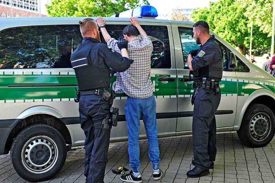 Im Kontrollbereich darf die Polizei jeden Passanten auch ohne konkreten Verdacht durchsuchen.