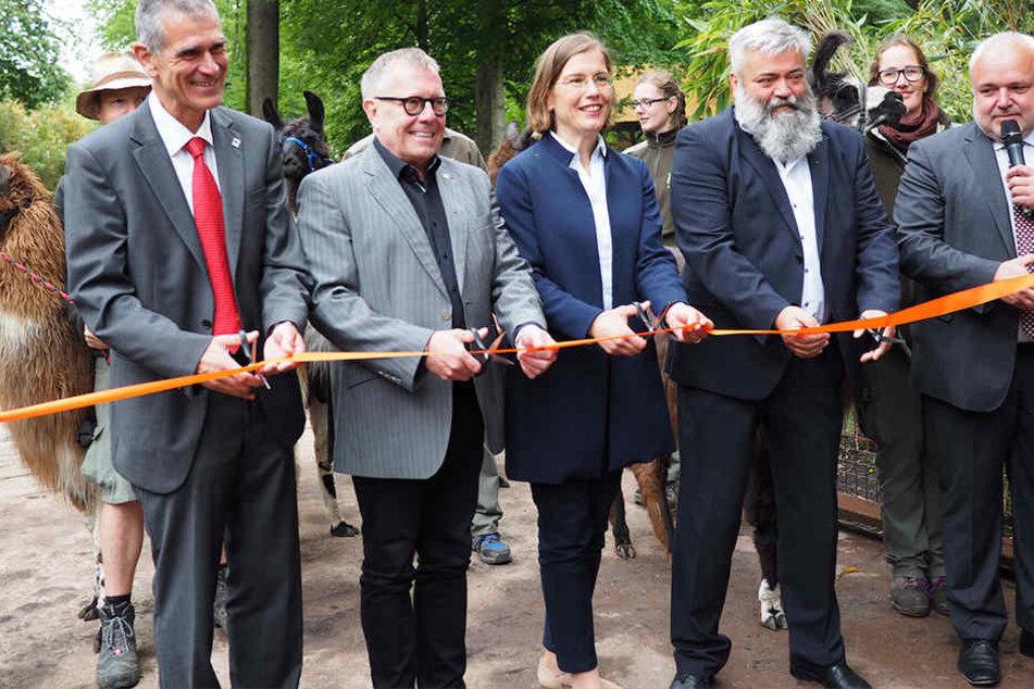 Feierlich wurde das Band zur Eröffnung zerschnitten. Zoodirektor Jörg Junhold (54, ganz rechts) freut sich über die neue Anlage.