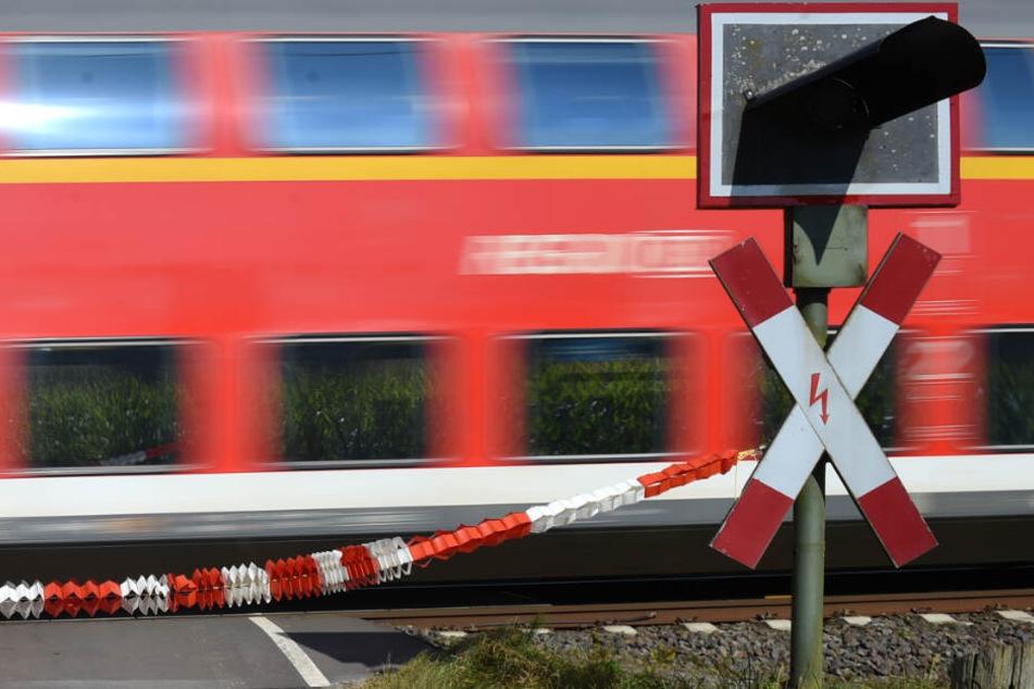 Frau will Bahnübergang überqueren, kurze Zeit später ist sie tot