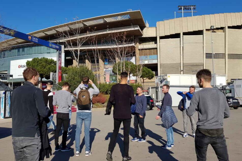 Da staunten die CFC-Profis nicht schlecht: Trainer David Bergner spendierte ihnen einen trainingsfreien Nachmittag in Barcelona. Im Hintergrund: Das Nou Camp - Heimspielstätte des FC Barcelona.