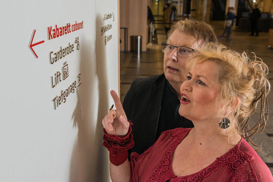 Birgit und Wolfgang Schaller entziffern die kleinen Wegweiser.