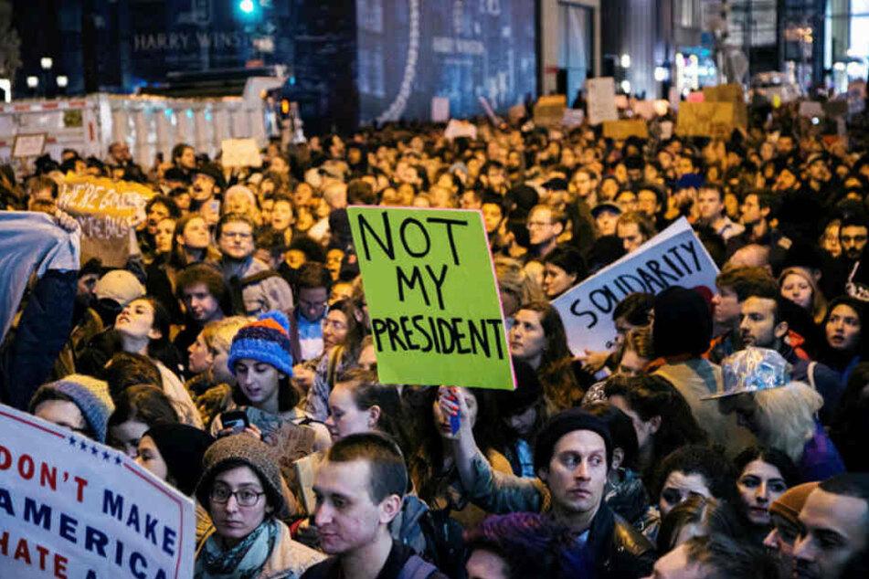 Nach dem Wahlsieg von Donald Trump machen Tausende US-Bürger ihrem Unmut Luft.