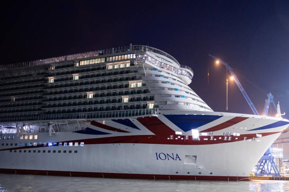 """Das Kreuzfahrtschiff """"Iona"""" verlässt das Baudock der Meyer-Werft."""