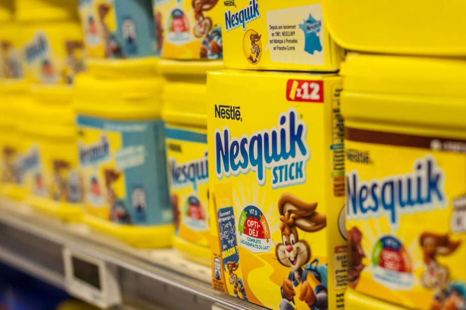 Ein Regal steht voller Nesquik-Produkte.