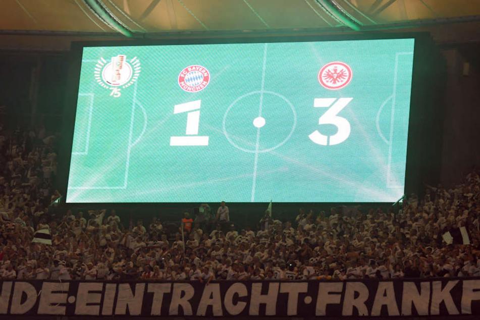 Das Ergebnis weiß auf grün! Eintracht Frankfurt bezwingt den FC Bayern München mit 3:1.