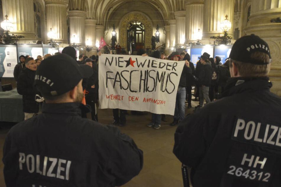 Etwa 80 Menschen protestieren im Hamburger Rathaus gegen die AfD.