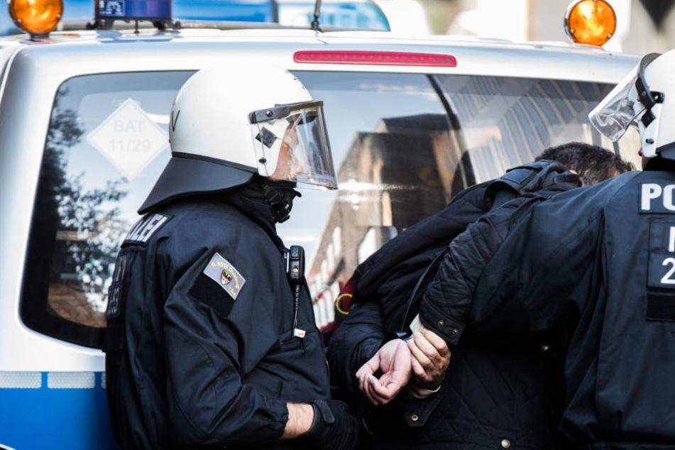Die beiden Tankstellenräuber wurden verhaftet und in unterschiedliche Gefängnisse gebracht. (Symbolbild)
