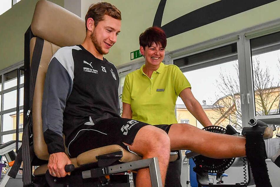 Unter Anleitung von Physiotherapeutin Heike Noack belastet Robert Koch sein Bein - von Tag zu Tag mehr.
