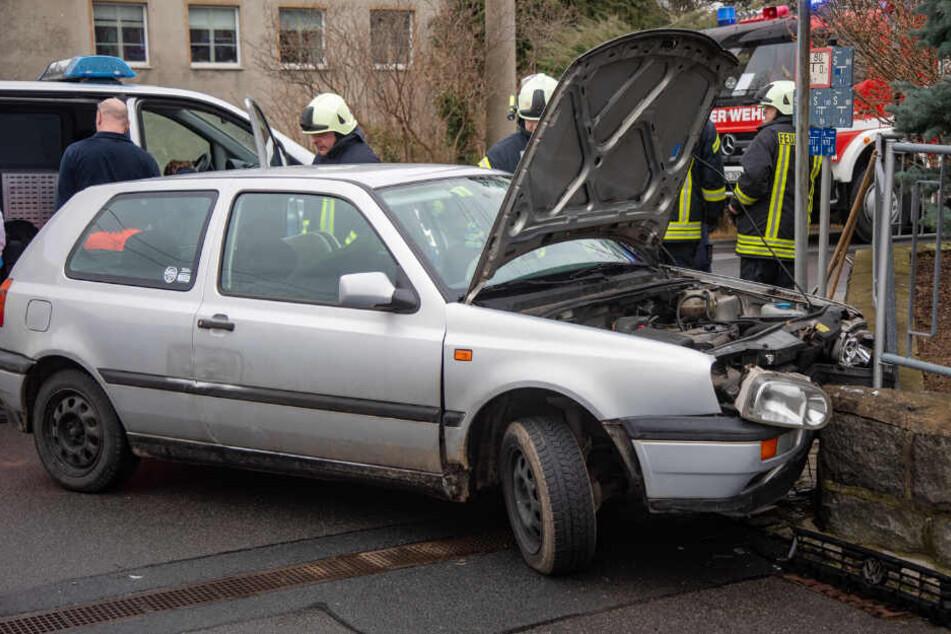 Unfall auf der Flucht! Polizei will Mutter ohne Führerschein stoppen, dann gibt die Frau richtig Gas