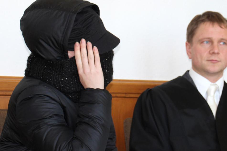 Tanja S. (li). muss sich weiter vor dem Landgericht Arnsberg wegen dem Hungertod ihres Kindes verantworten.