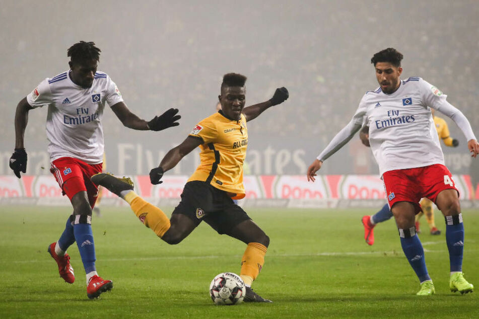 Dresden-Angreifer Moussa Kone versucht sich gegen Bakery Jatta (links) und Berky Özcan durchzusetzen.