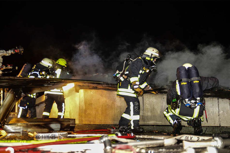 Die Feuerwehr musste die Glutnester in der Zwischendecke suchen.