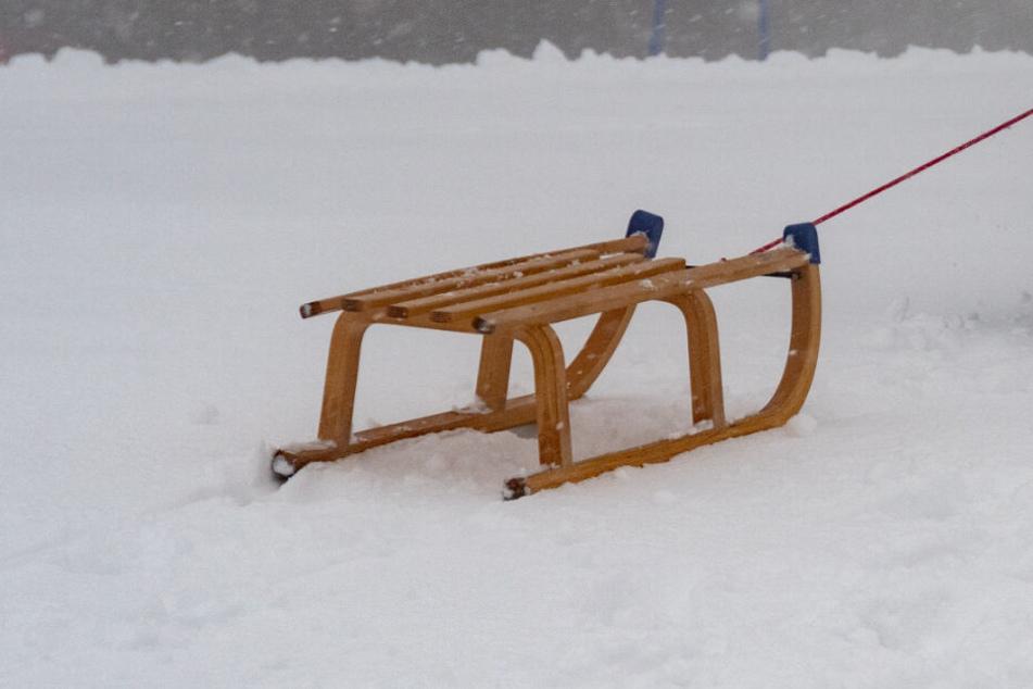 Auf einer Skipiste verunglückten die Geschwister mit einem Schlitten. (Symbolbild)