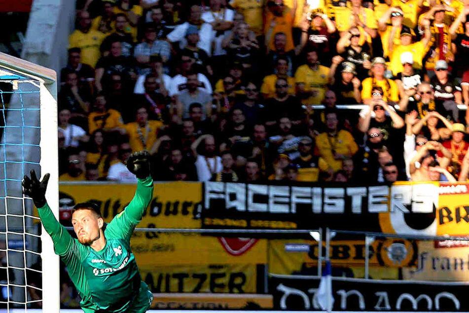 Während Darmstadt Keeper Stritzel fliegt, schauen die Dynamo-Anhänger auf das Spielfeld.