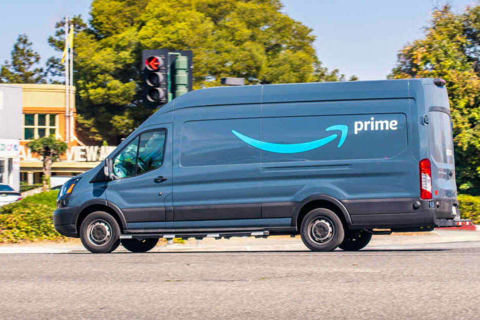 Ein Amazon-Zustell-Fahrzeug auf Auslieferungstour (Symbolbild).