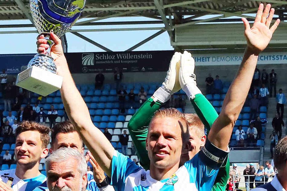 Den Pokal des Regionalliga-Meisters konnte Dennis Grote bereits in den Chemnitzer Himmel stemmen. Am Samstag soll der Sachsenpott folgen.