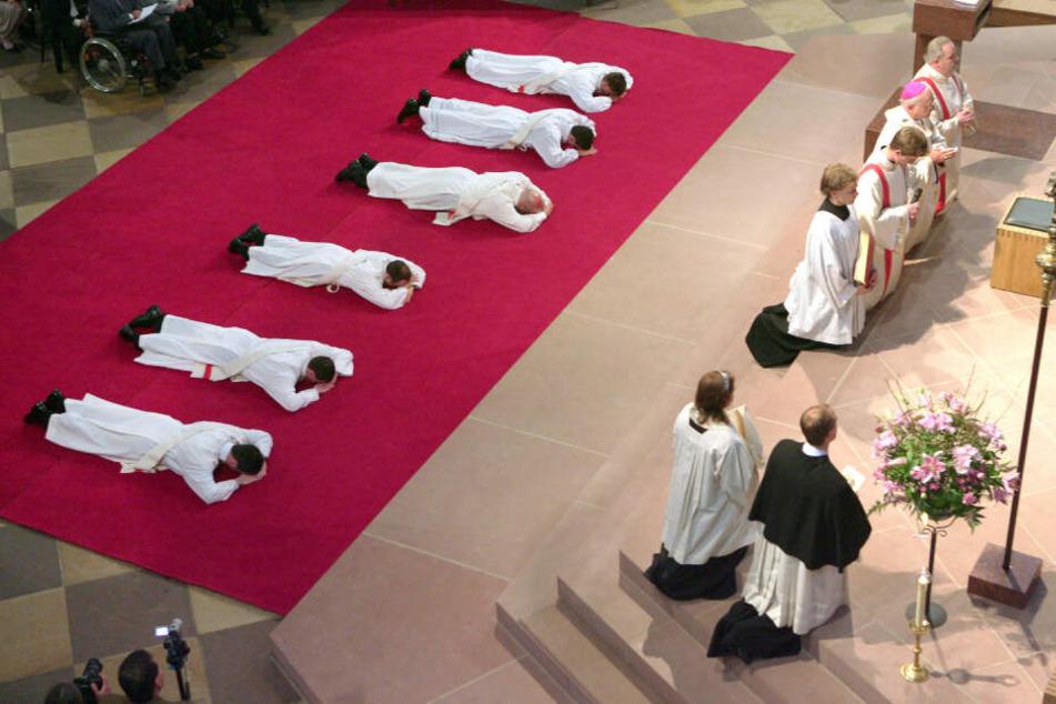 Am Sonntag werden in Freiburg sechs Männer zu Priestern geweiht. (Archivbild)