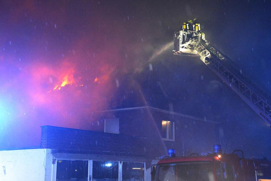Das Dach des Hauses brannte lichterloh.