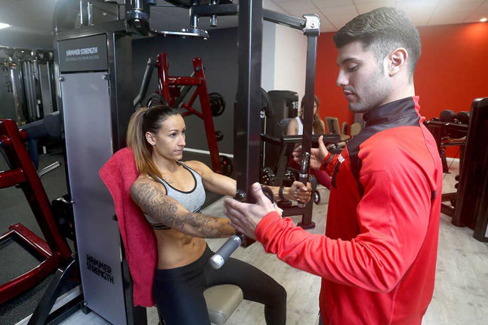 """Bodybuilderin Jamila """"Jami"""" Kang (28) übt mit Jefferson Mendoza, einem der Trainer im Limbacher Fitnessstudio."""