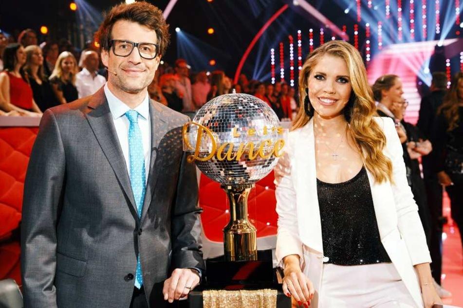 """Die Moderatoren Daniel Hartwich und Victoria Swarovski mit dem Sieger-Pokal """"Dancing Star""""."""