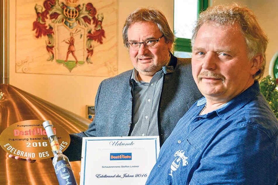 Schaubrenner Steffen Lindner (56,  r.) und Brauerei-Chef Andreas Meyer (59) sind stolz auf ihre Auszeichnung.