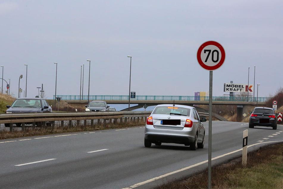 """Unweit der Bundesstraßen-Abfahrt Höhe Möbelhaus und Baumarkt steht statt des Ortseingangsschilds jetzt eine stolze """"70""""."""