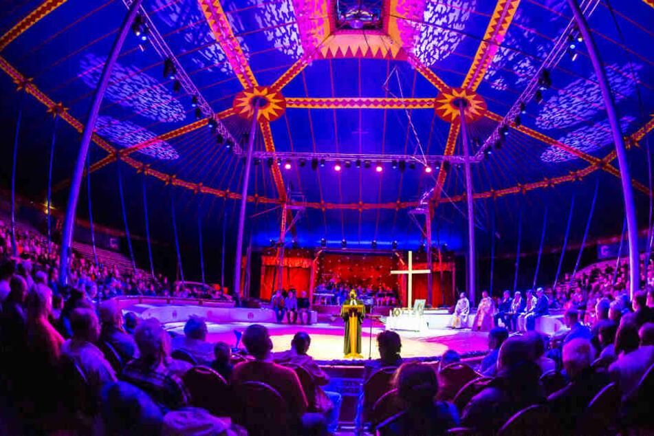 Beim diesjährigen Dresdner Weihnachts-Circus sollen die Darbietungen von  einer Sängerin musikalisch umrahmt werden.