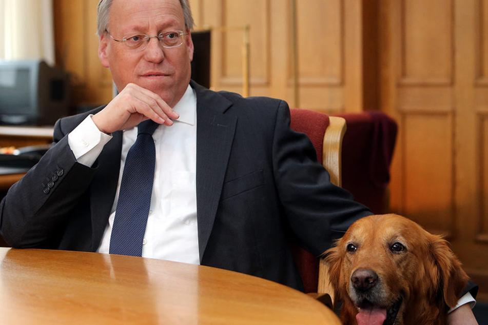 Bielefelds OB Pit Clausen ist ein Hundeliebhaber: Hier mit seinem Hund Monty.