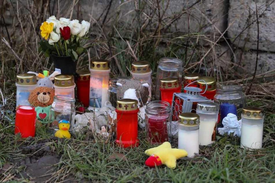Menschen legten an der Fundstelle Blumen und Kerzen ab.