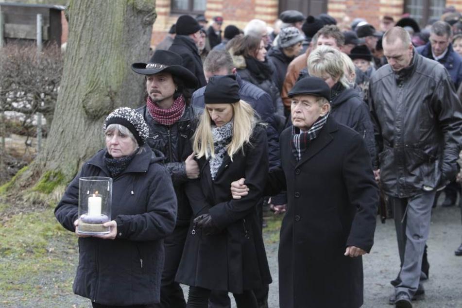 Ihr Mann Lanny (42) und ihr Vater Eberhard (79) begleiten Stefanie Hertel (38) beim Trauerzug.