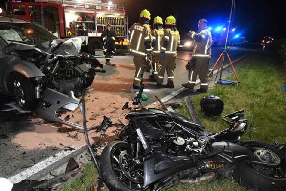 Ein Motorradfahrer wurde bei einem Unfall in Boke tödlich verletzt. Seine Beifahrerin überlebte schwer verletzt.