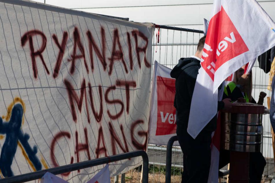"""""""Ryanair must change"""" steht auf dem Transparent an einem Zaun am Flughafen Berlin-Schönefeld."""