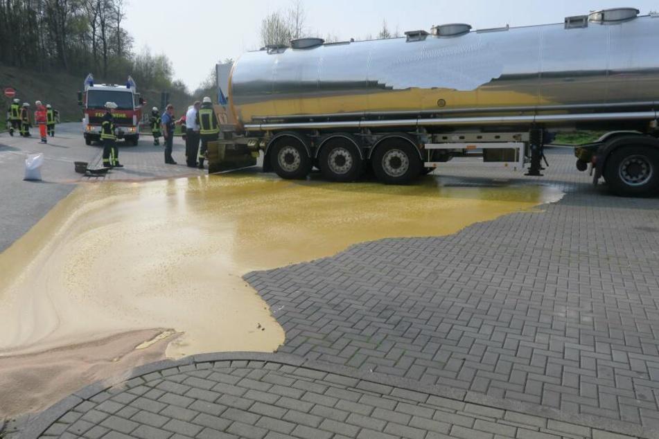 Die ockerfarbene Substanz verteilt sich auf dem Parkplatz an der A5.