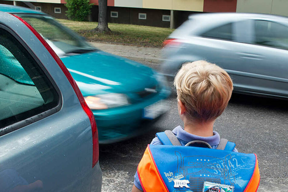 Kind rennt mehrfach auf die Straße, bis es kracht