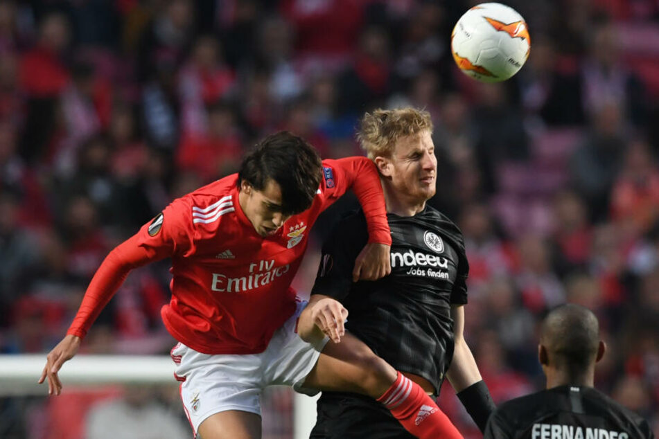 Martin Hinteregger (Re.) meldete sich vor dem Abschlusstraining am Mittwoch fit für das Europa League-Viertelfinal-Rückspiel gegen Benfica Lissabon.