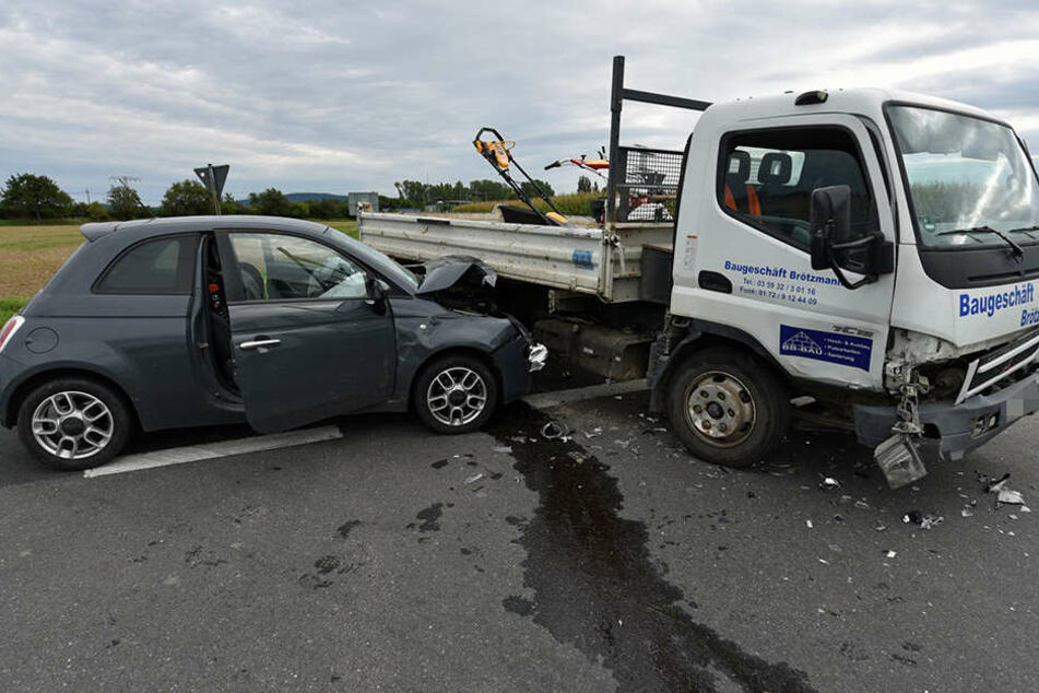 Der Fiat stieß auf der Staatsstraße mit dem Laster zusammen.