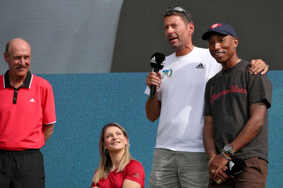 Neben Stan Smith (l-r), ehemaliger Tennisprofi, Kristina Vogel, ehemalige deutsche Bahnradsportlerin und Olympiasiegerin, Kasper Rorsted, Vorstandsvorsitzender von adidas, kam auch US-amerikanische Sänger Pharrell Williams zu der Feier in Herzogenaurach.