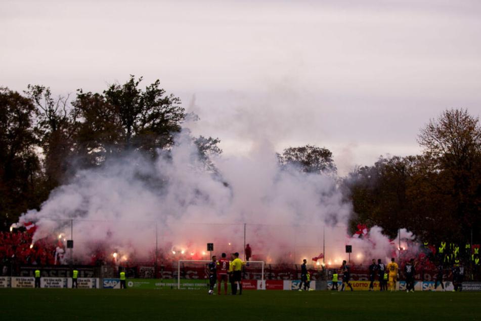 Heißer Einstieg: Cottbus-Fans zündeten zum Einlaufen der Mannschaften ordentlich Pyro-Technik.