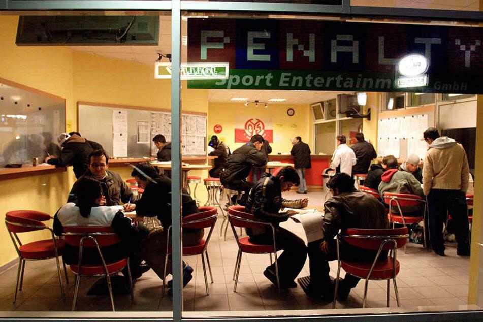 Wettbüros, wie hier in Mainz, sind vor allem bei Pferde- und Sportwetten beliebt.