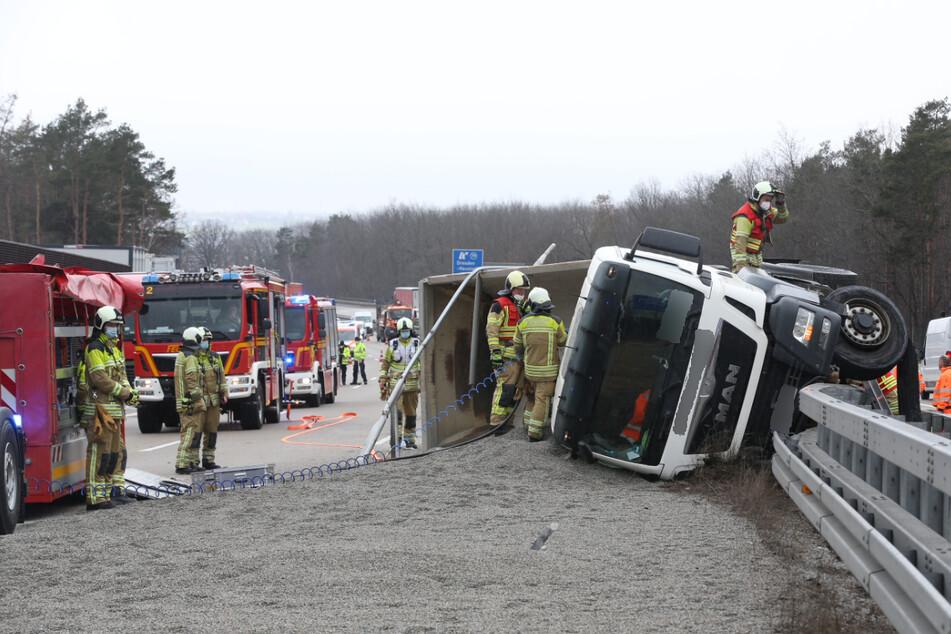 Lkw kippt auf A4 um und verliert jede Menge Streusplitt: Unfallstelle geräumt!