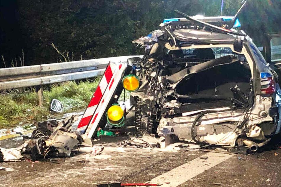 Horror-Unfall auf Autobahn: Lkw rast in Polizeiauto, Beamtin in Wrack eingeklemmt