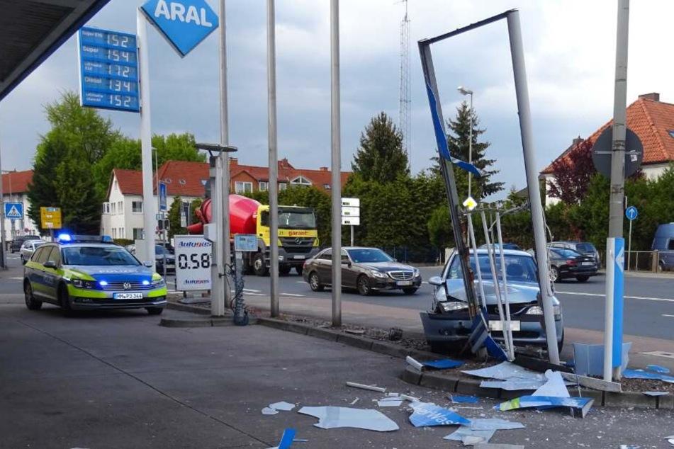 Durch die Wucht des Zusammenpralls durchbrach der Wagen die Werbetafel.