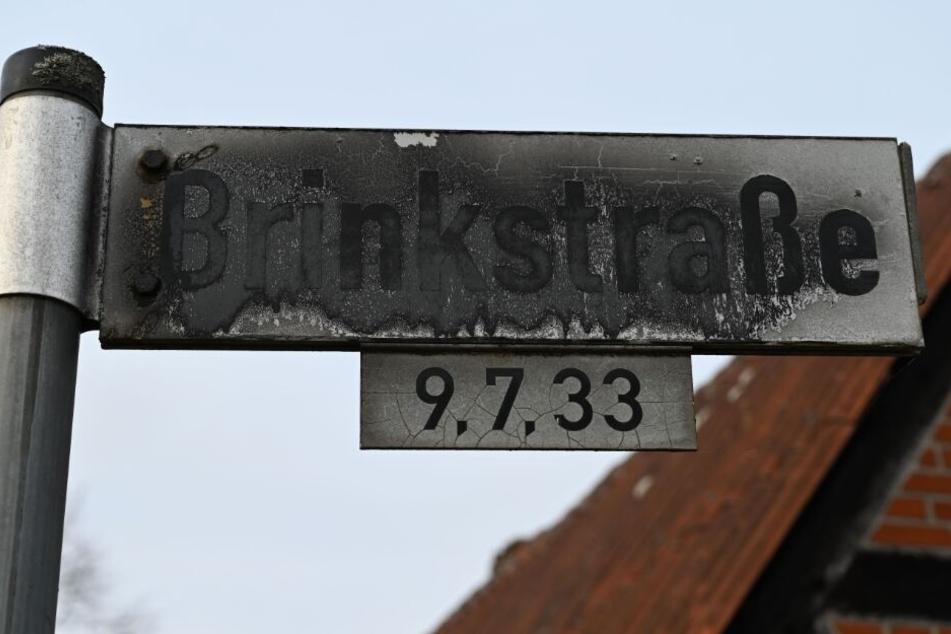 """Ein nicht offizielles Straßenschild """"Brinkstraße"""" wurde vor vielen Jahren von Befürwortern der Gemeinde Hilgermissen für Straßennamen angebracht."""
