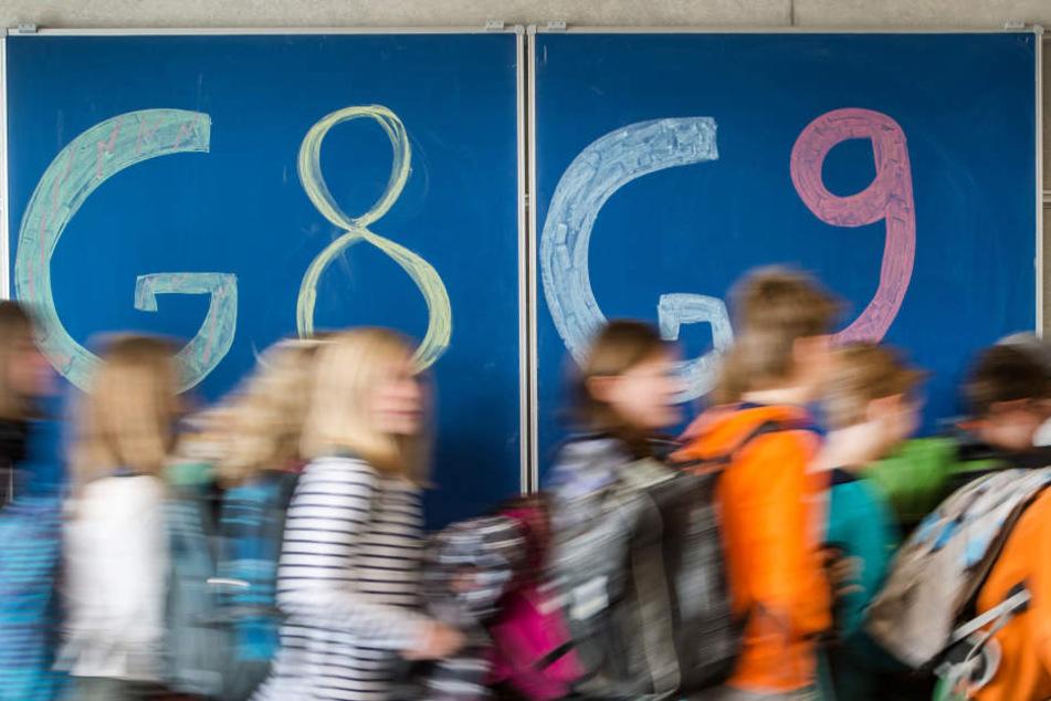 Für Schüler geht's bald wieder ein Jahr länger in die Schule. (Symbolbild)